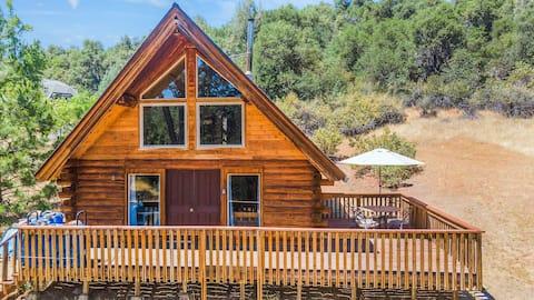 Manzanita Hill-a peaceful rustic 2 bedroom cabin.