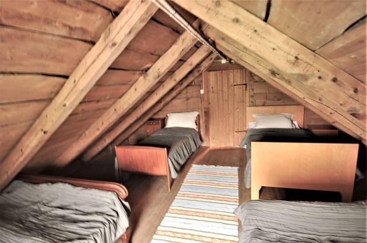 Soverom på loftet med 4 senger  Upstair at the loft we have a bedroom with 4 beds