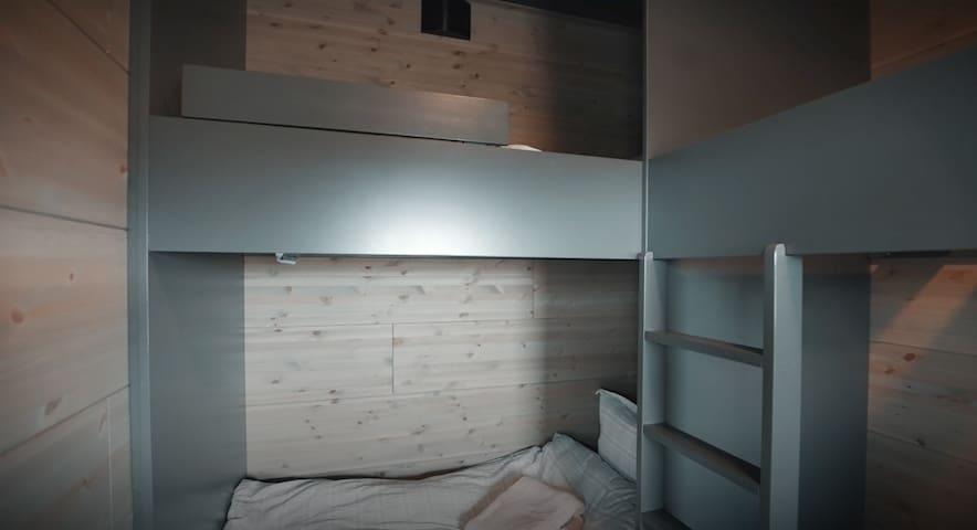 """Arkitekttegnet plassbygd """"køyeseng"""" med fire gode sengeplasser."""