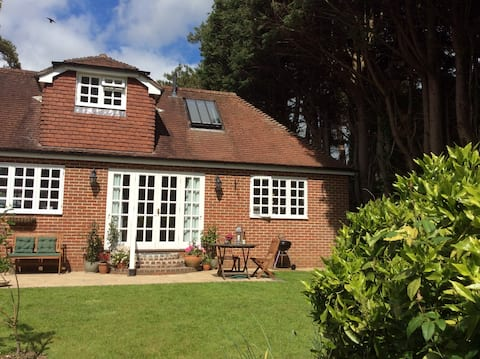 *NEW* Beautiful garden house, edge of South Downs