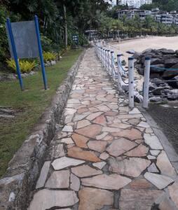 Caminho acessível da praia para a piscina oceânica
