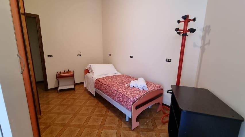 Camera Singola con letto o letto a castello