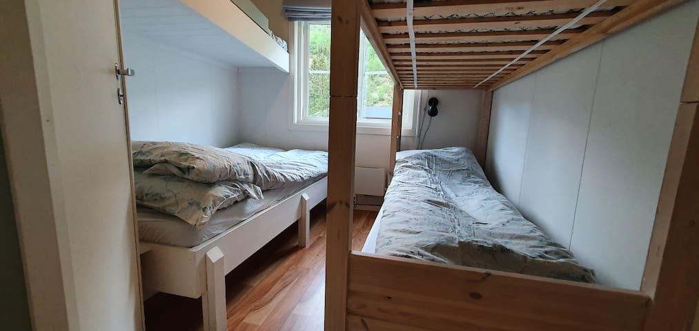 Soverommet har ei seng på 120, resten er køyesenger på 90 cm. Totalt kan 5 gjester sove her.