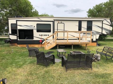 Spacious 2 bedroom trailer in quiet rural area