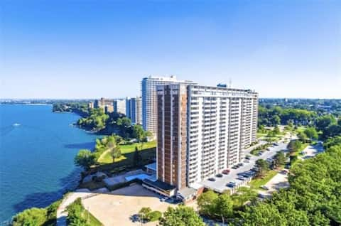 Lovely Lake Front 1 BR Condo with Free Parking