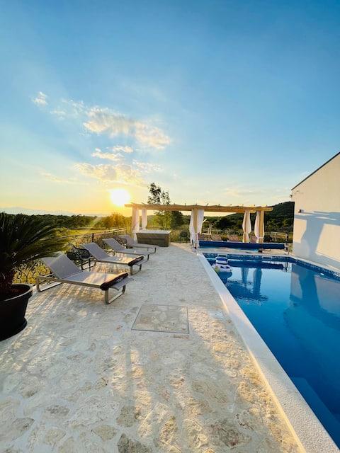 Lunika, luxury Villa with pool, jacuzzi and sauna