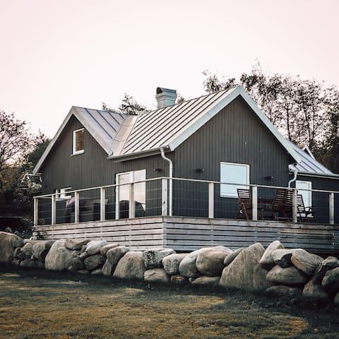 Villa beliggende midt i Bua Hamn.