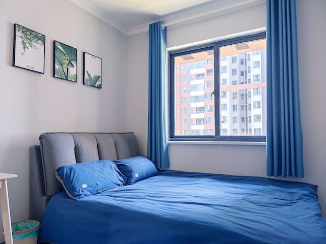 次卧拥有1.5米大床,整体衣柜和智能空调