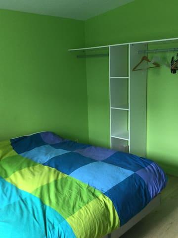 chambre disposant de rangements avec deux lits de 80x200