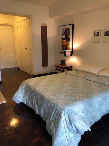 Habitación con aire acondicionado y tv