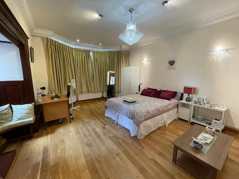 Fully Furnished King Size Room, Private Bathroom