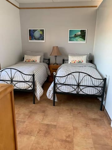 Option 1, la deuxième chambre se modifie en 2 lits simples ou 1 lit King selon vos besoins.