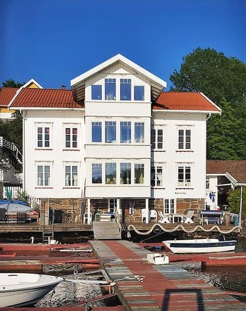 Trivelig loftsleilighet med sjøutsikt og terrasse