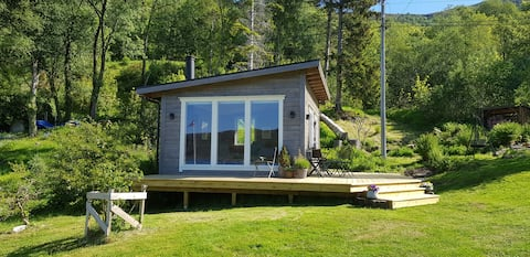 """""""Stova"""" - Sjarmerende liten hytte med fjordutsikt"""