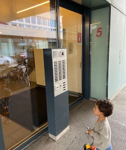 Building entrance is a sliding automatic door with clear passage and no steps.