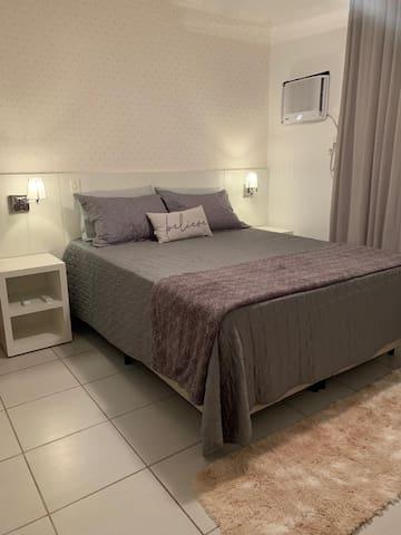 Suíte cama Queen, Ar Digital e ventilador todos com controle remoto, amplo guarda roupa, tomada USB na cabeceira da cama.