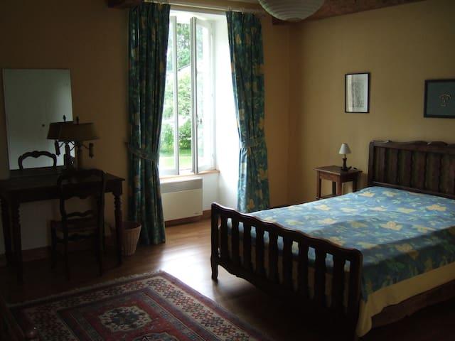 Chambre 4 : lit double et accès direct à la salle de douche