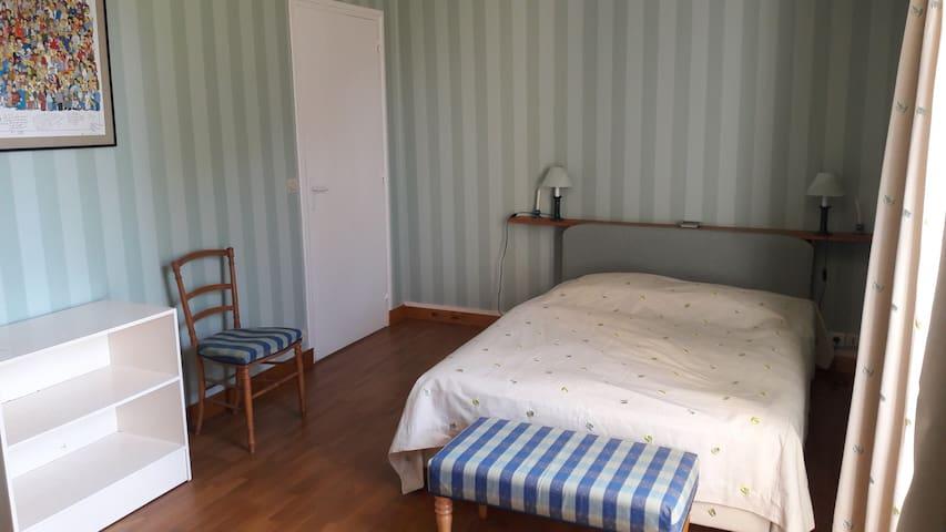 Chambre 1 : avec lit double et lit de bébé
