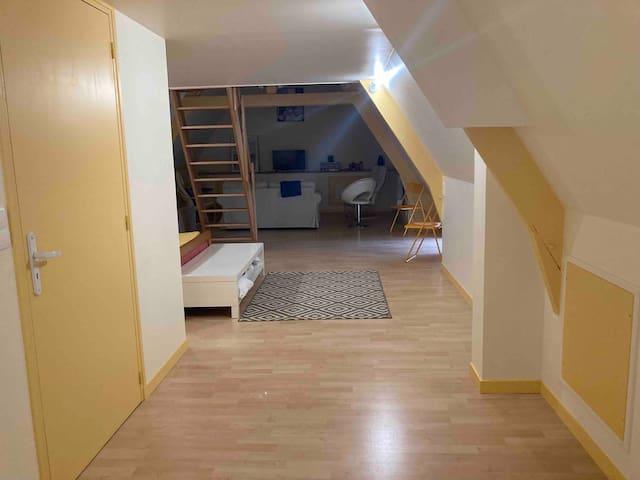 Chambre 3 au 2è étage ( ouverte à partir de 5 personnes ), avec coin salon, tv, jeux de société...