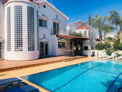 Beautiful 5 Bedroom Villa with Pool