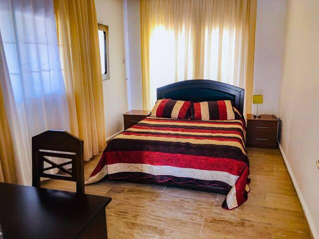 Giriş kat yatak odası. Kraliçe boy yatak, küçük bir dolap ve çalışma masası bulunur. Klima vardır. Hemen yanında giriş kat tuvalete kolayca erişilebilir.