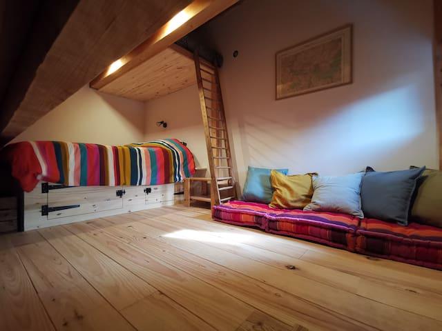La chambre au deuxième étage: lit double 140x190 avec rangements en dessous, échelle pour le lit mezzanine (pas plus de 60 kgs) et canapé.