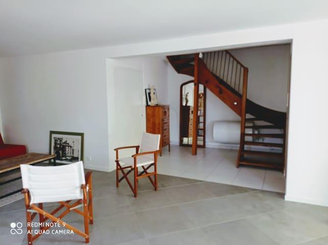 Espace d'accueil (RDC) - canapé clic-clac et grande table. Accès buanderie avec lave-linge, sèche linge.