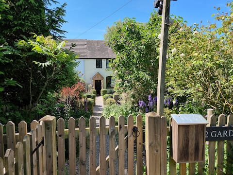 Quaint 2 bed cottage with hot tub in countryside