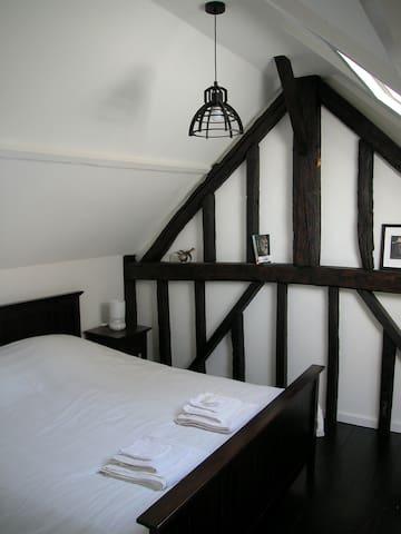 Slaapkamer 1 met 2 persoons massagebed.  Het bed kan ook als twee eenpersoonsbedden worden opgemaakt als u dat wenst.