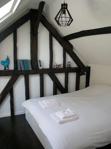 Slaapkamer 2 met tweepersoonsbed.   Het bed kan ook van twee eenpersoonsdekbedden worden voorzien als u dat uw voorkeur heeft.