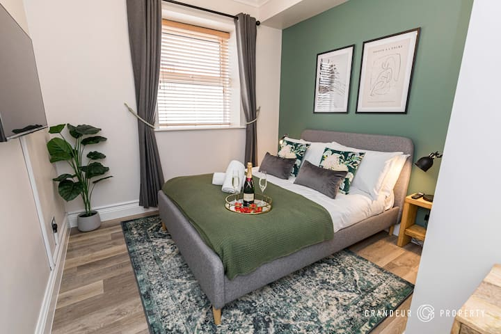 Plunge in to this super cosy double size bed and feel relaxed with its style and warm ambience.