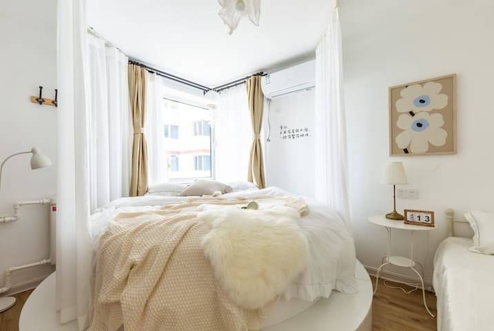 卧室①:直径2.2米圆床➕1.2米单人床,每个卧室均配有空调。