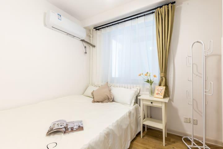 卧室③:1.5米双人床,每个卧室均配有空调