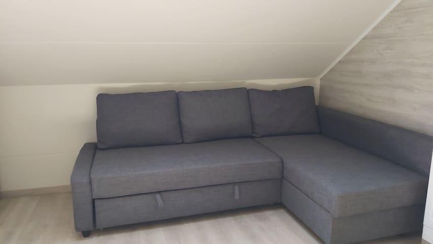 Canapé lit avec couette, housse de couette, alèse, drap housse, oreillers et taies.