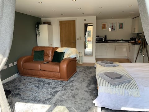 Beautiful Self Contained Garden Room, With Pool!