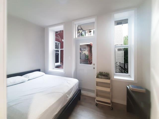 Private bedroom 4 - 1 Queen bed
