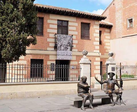 Casa familiar en Alcalá de Henares. Ideal para conocer al ciudad Patrimonio de la Humanidad y al alcance de todos los servicios de transporte públicos. Parking accesible.