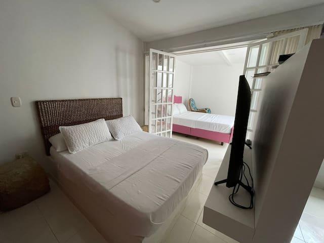 Habitación con cama doble con baño independiente que conecta con otra habitación en caso de requerirlo , capacidad dos tres personas