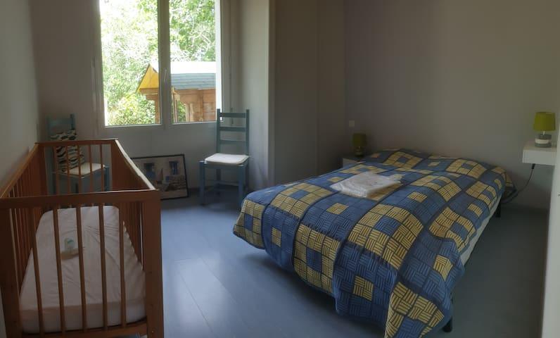 Chambre N°2  avec lit bébé