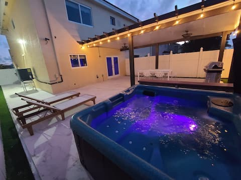 Boutique style Townhome 3 Bedrooms. BBQ & Jacuzzi
