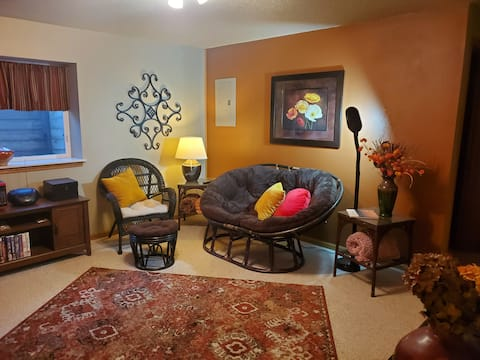 Cozy 'n Private: One bedroom, bath and living room