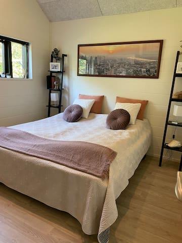 Værelse 1) Soveværelse med dobbeltseng 180x200