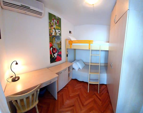 Dječja soba s radnim kutkom