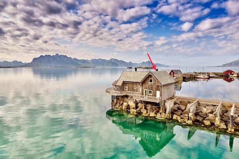 Idyllisk hytte ved sjøen i Vesterålen - Lofoten.