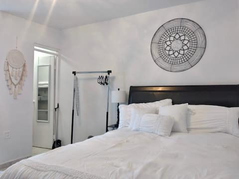 Adorable 1 Bedroom Suite (5 minutes from Airport)