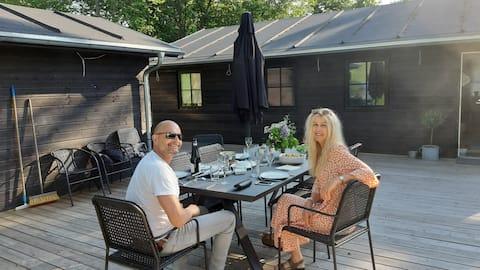 Sommerhus ved Mossø med anneks og stor terrasse.