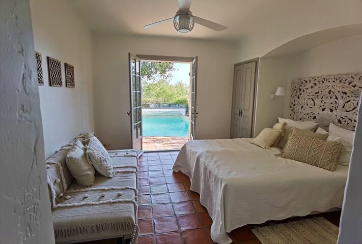 Villa Pastis, chambre 2, salle de bain en suite, sortie sur la terrasse et piscine