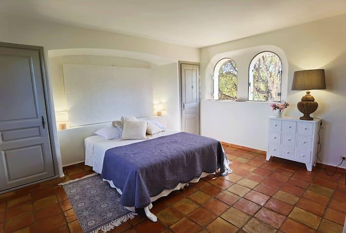 Villa Pastis, chambre 3, 1er étage, WC et salle de bain en suite