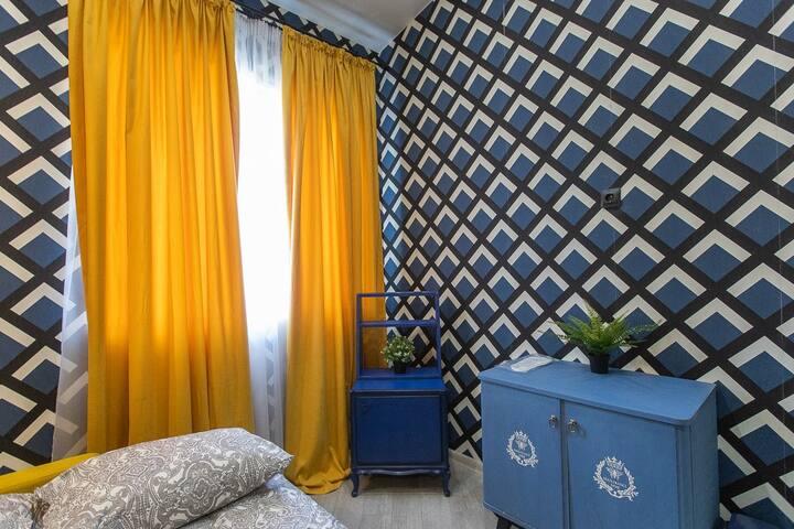 Стильная Комната 4 декорирована в соответствии с последними тенденциями дизайна интерьеров