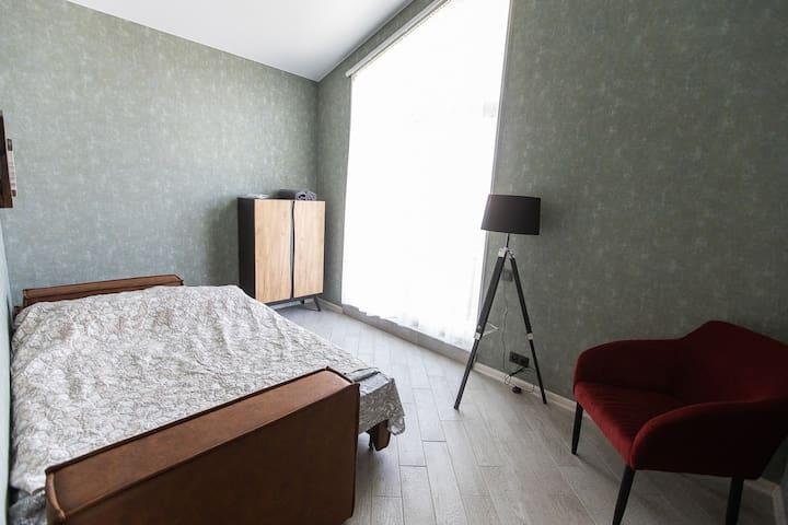 Стильная мужская комната 7 декорирована деревом, кожей и бархатом винного цвета.